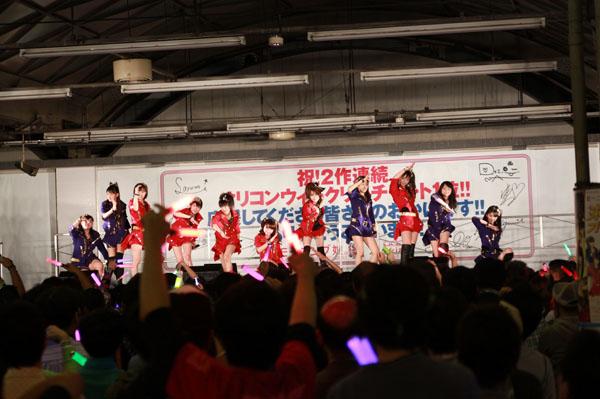 モーニング娘。がシングル2作連続1位を祝してSHIBUYA ekiatoで熱唱